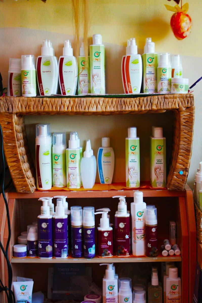 Naturfriseur Haarnatur Produkte von Sanoll und CulumNatura in Regal